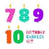 De vector vlakke die kaars van de ontwerpverjaardag in de vorm van aantallen wordt geplaatst royalty-vrije stock foto's
