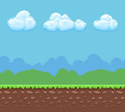 De vectorachtergrond met 8 bits van het pixelspel met grond en bewolkt hemelpanorama royalty-vrije illustratie