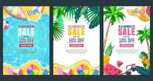 De vectoraffiche van de de zomerverkoop, bannermalplaatje Seizoenachtergronden Tropisch kader met zandstrand, water, bladeren en  royalty-vrije illustratie