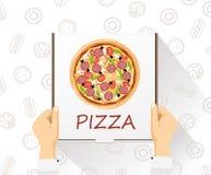 De vectorbanner van de voedsellevering Vrolijke jonge bezorger die een pizzadoos houden terwijl geïsoleerd op wit Vlakke stijl, h Royalty-vrije Stock Fotografie