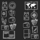 De vectordiekrabbel met het Avontuur van reispictogrammen wordt geplaatst onderzoekt van de het Kaartjeskaart van het Camerapaspo vector illustratie