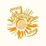De vectorembleemzomer van 2019 Heldere stralen van de gele zon, een inschrijving met de hand en een cirkel van etnisch ornament stock afbeeldingen