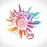 De vectorembleemzomer van 2019 Heldere stralen van de kleurrijke zon, een inschrijving met de hand en een cirkel van etnisch orna stock afbeelding