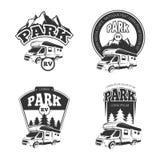 De vectoremblemen van rv en van kampeerauto's, etiketten, kentekens, geplaatste emblemen stock illustratie