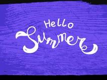 De vectorhand geschetste hello zomer op purpere achtergrond Stock Foto's