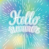 De vectorhand het van letters voorzien zomer van Hello van de typografieaffiche op vage achtergrond Royalty-vrije Stock Foto's