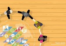 De vectorideeën van de de Zakenliedenuitwisseling van ideeën van het teamwerk die, hand in hand samen met een wereldkaart, pictog Stock Afbeeldingen