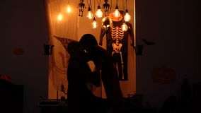 De vectorillustratie, eps10, bevat transparantie Nachtachtergrond Vrouw en jongenssilhouetten op achtergrond van Halloween-landsc stock videobeelden
