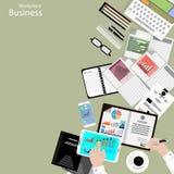De vectorwerkplaats bedrijfsmensen bekijken het gebruik van moderne communicatietechnologieën, notitieboekjes, tabletten, mobiele stock illustratie