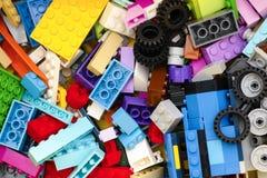 De veelkleurige blokken, de bakstenen en de banden van Lego Royalty-vrije Stock Foto
