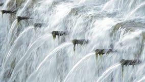 De veelvoudige pijpen in natuurlijk water springen het verdrijven van water in de geboorte van een rivier op stock footage