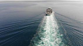 De veerboot die bij het volgen van de open zee varen stock video