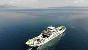 De veerboot die op open zee varen stock footage