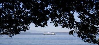 De veerboot die van het Bainbridgeeiland Alki Beach overgaan Stock Fotografie