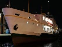 De veerboot dokte bij de pijler bij nacht, Istanboel, Turkije stock foto's
