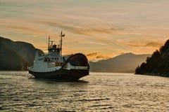 De veerboot door fjord Stock Foto's
