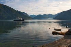 De veerboot door fjord, ochtend Royalty-vrije Stock Afbeeldingen
