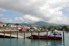 De veerboot en de huizen van de haven stock fotografie