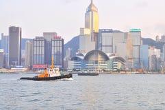 De veerboot en de schepen lopen bij het kanaal van Hong Kong stock foto's