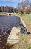 De Veerboot en Visconti overbruggen in het Pavlovsk park Royalty-vrije Stock Foto