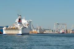 De veerboot gaat aan thahaven binnen in Gdynia Stock Afbeeldingen