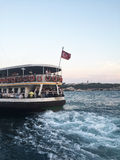 De veerboot gaat van Karakoy-post weg Stock Afbeeldingen