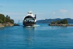 De veerboot komt aan de haven in Tveit, Noorwegen aan Stock Afbeelding