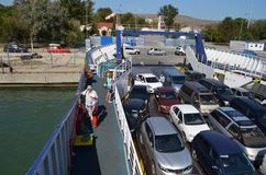 De veerboot legde aan de banken van de Krim vast stock fotografie