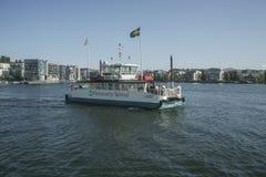 De Veerboot tussen Zuiden en Hammarby-meerton stock afbeeldingen