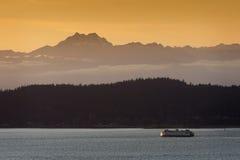 De Veerboot van Seattle bij Zonsondergang stock foto's