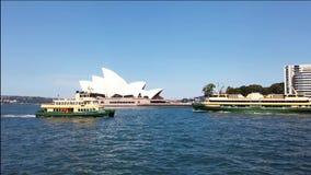 De Veerboten die van de Ydneyhaven voorbij het Operahuis varen, Australië stock footage