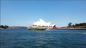 De Veerboten die van de Ydneyhaven voorbij het Operahuis varen, Australië stock videobeelden