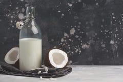 De veganistkokosmelk niet zuivel in fles, kopieert ruimte, donkere backgro stock fotografie