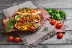 De vegetarische lunch bakte gevuld stock afbeeldingen
