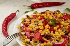 De vegetarische pizza met tomaten, de groene paprika, de ui, de groene olijven, het graan, de kaas en de kruiden op witte achterg Royalty-vrije Stock Afbeelding