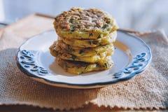 De vegetarische snack van het veganistdieet, fritter op een plaat van courgette met kruiden Snack op een houten oppervlakte royalty-vrije stock fotografie