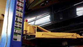 De veilige lift van de autolift in garage en veiligheidsbeelden en instructies stock videobeelden