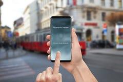De veiligheid app van de vingerafdrukscanner op moder mobiele telefoon royalty-vrije stock afbeelding