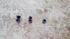 De veiligheidsagenten worden opgeleid om kanonnen bij de het schieten waaier te schieten, lucht stock video