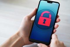 De veiligheidsbreuk opent hangslotpictogram op het mobiele telefoonscherm Het concept van de Cyberbescherming stock fotografie