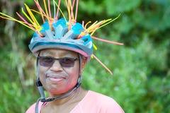 De veiligheidshelm van de fietserpret stock foto