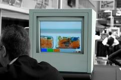 De veiligheidsmonitor van de luchthaven stock foto's