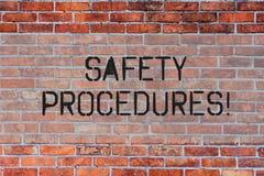 De Veiligheidsprocedures van de handschrifttekst De conceptenbetekenis volgt regels en verordeningen voor de Bakstenen muurart. v stock foto's