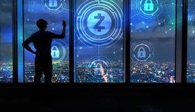 De veiligheidsthema van Zcashcryptocurrency met de mens door grote vensters bij nacht stock afbeeldingen
