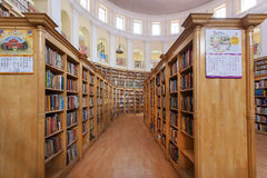 De vele boekenstapel op planken van Karnataka verklaart Centrale Bibliotheek Stock Afbeeldingen