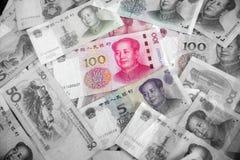 De vele yuans geld China honderd yuansrekeningen Stapel van diverse die munten op witte achtergrond worden geïsoleerd Close-up va Royalty-vrije Stock Afbeeldingen