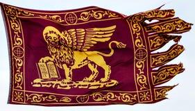 De Venetiaanse die Vlag in St Tekens wordt gevlogen regelt, Venetië royalty-vrije stock fotografie
