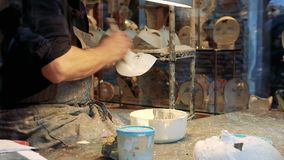 De Venetiaanse vakman creeert een masker van Venetië Carnaval binnen een winkel stock videobeelden