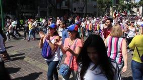 De Venezolaanse opposities verzamelen zich tijdens een overweldigende massieve verzameling tegen Maduro-overheid tot steun van Ju stock footage