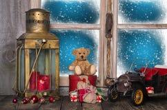 De vensterbankdecoratie van het Kerstmisvenster met oud nostalgisch speelgoed Royalty-vrije Stock Foto's